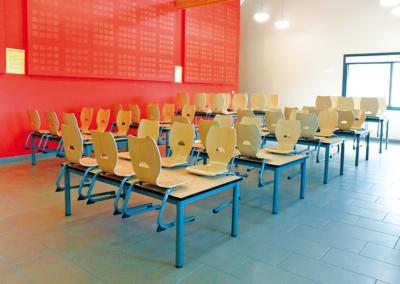 Table scolaire rectangulaire, un standard de la salle de classe